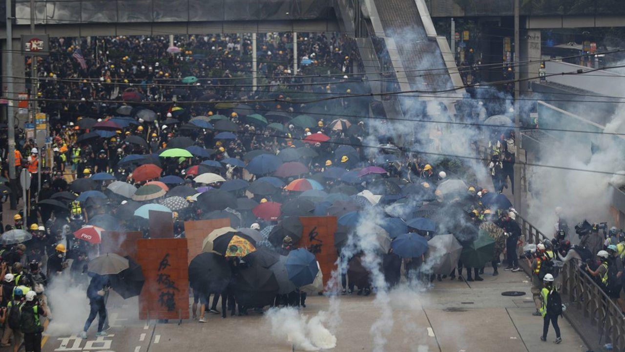 Les manifestants et la police se sont durement affrontés durant le week-end. Un climat de tension qui fait craindre de nouvelles violences lors du 70ème anniversaire de la fondation de la République populaire, mardi.