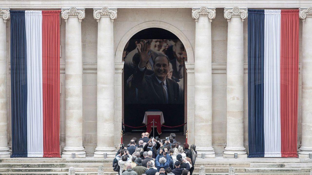Certaines personnes ont dû faire la queue pendant des heures pour pouvoir se recueillir devant le cercueil de Jacques Chirac.