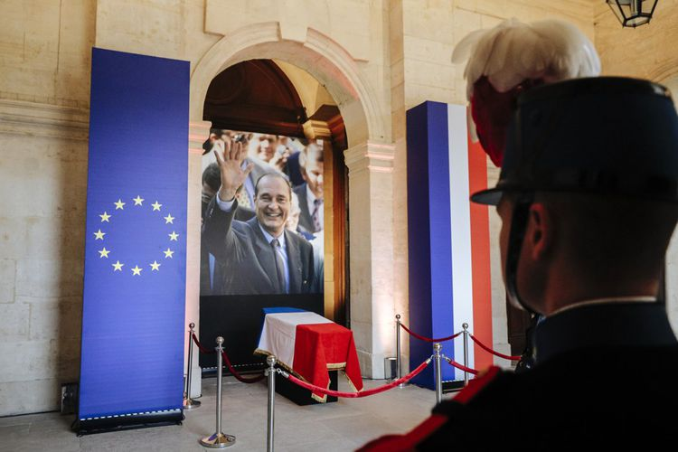 Le cercueil de Jacques Chirac, entouré des drapeaux français et européen