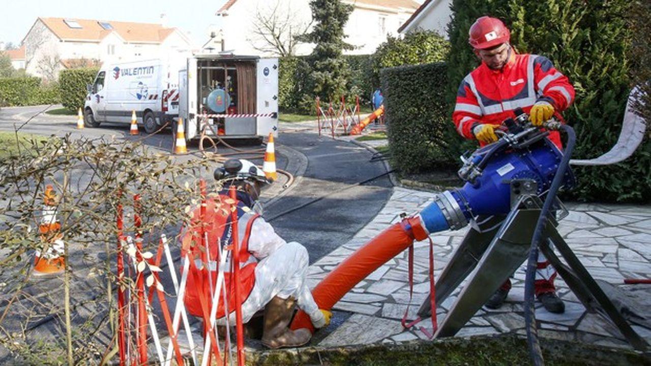 Opération de chemisage du réseau d'eaux usées dans l'agglomération Coeur d'Essonne.