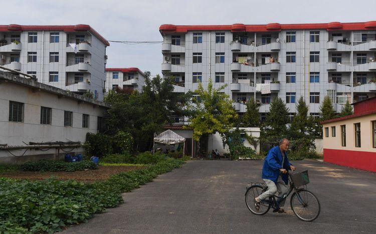 Les habitants sont tous logés gratuitement dans de modestes appartements prolétariens, attribués selon la taille des familles.