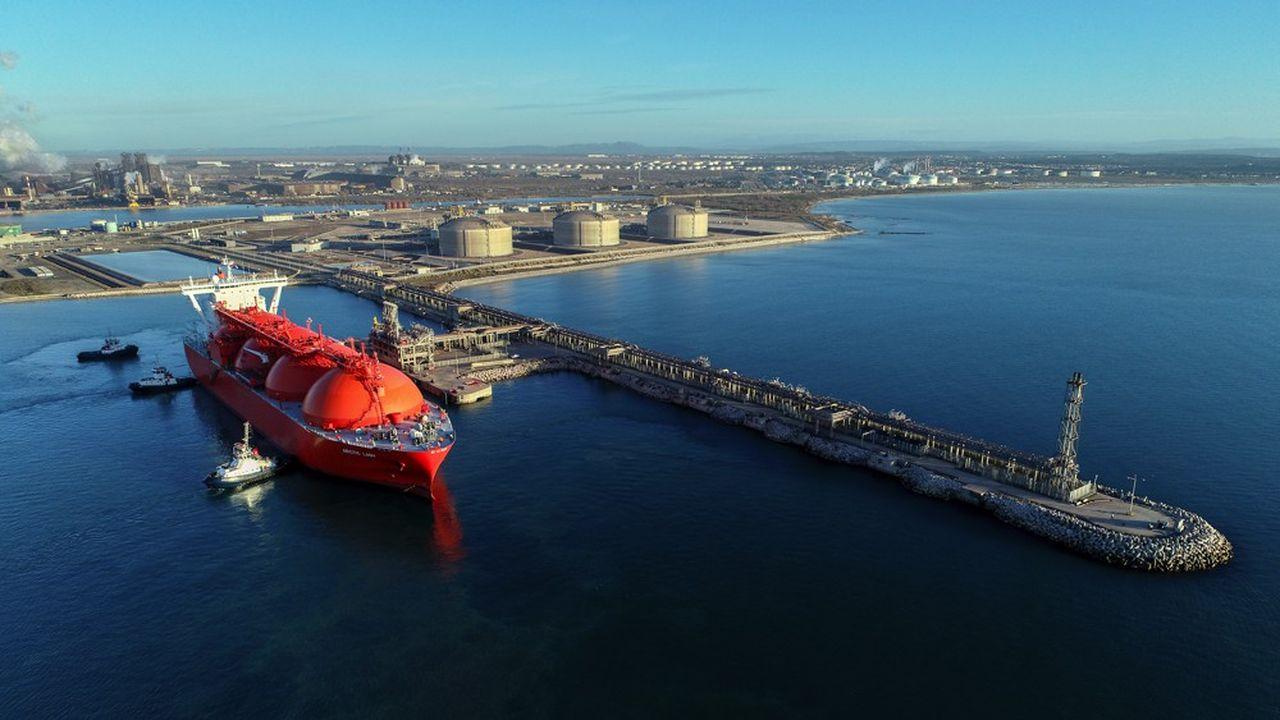 Le terminal méthanier de Fos occupe 80 hectares. Il est capable d'accueillir les plus gros navires méthaniers en provenance du Qatar, d'Algérie ou d'Angola, de stocker 330.000 mètres cubes de GNL et de le transformer en gaz qui est ensuite injecté dans le réseau de gazoducs français et européen.