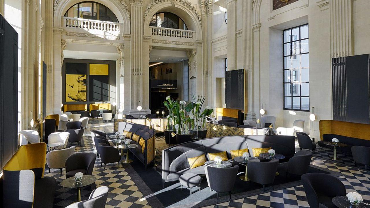 Le bar sous le grand dôme, chef-d'oeuvre de l'architecte Soufflot culmine à 32mètres de hauteur. Des systèmes de sonorisation sont connectés dans les fauteuils et le chauffage par le sol datant du XIXesiècle est remise en service.