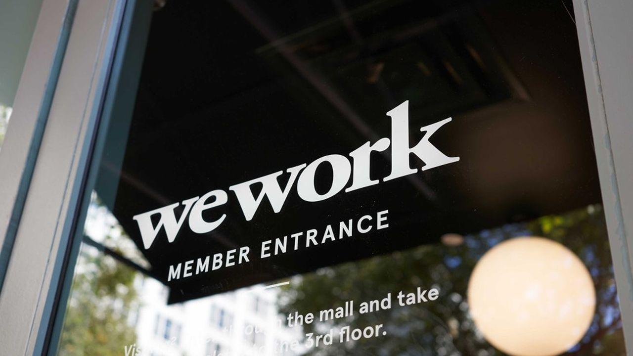 Fitch juge qu'au rythme actuel des dépenses et vu la trésorerie du groupe, WeWork a encore assez de liquidités pour tenir quatre à huit trimestres