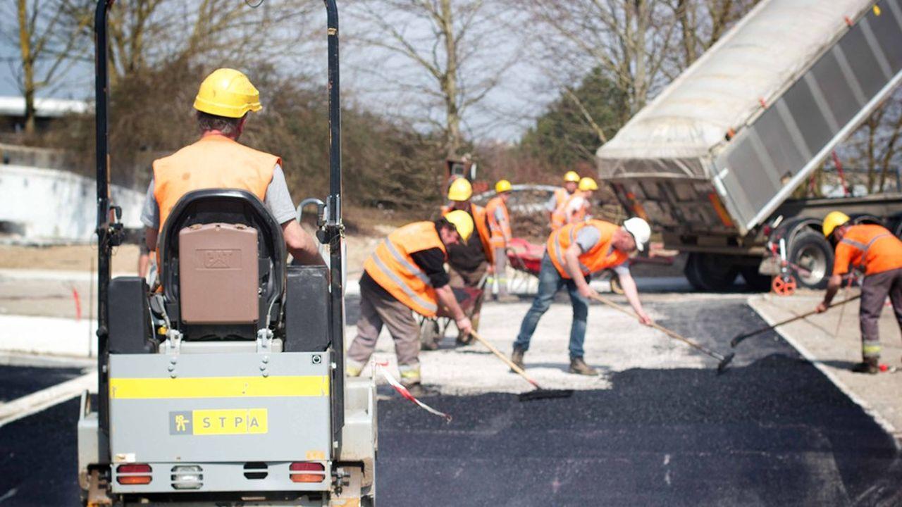 Des engins appelés «malaxeuses» pulvérisent l'ancienne chaussée pour reconstituer instantanément une nouvelle route issue des matériaux recyclés.
