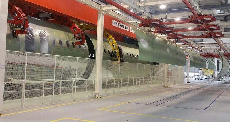 Les éléments de fuselage d'A321 sont d'abord stockés dans la partie logistique, avant de rejoindre les lignes d'assemblage.