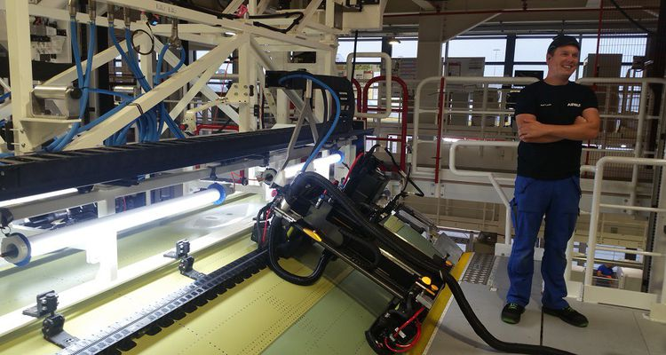 La première étape de l'assemblage est la fixation de la partie supérieure du tronçon de fuselage, au moyen d'un robot «Flextrack».