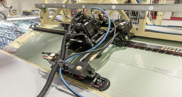 Le robot Flextrack va poser plus de 7.000 rivets sans intervention humaine.