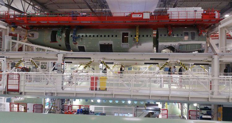 Les trois tronçons de fuselage sont transférés sur la ligne d'assemblage, pour y être rivetés les uns aux autres.