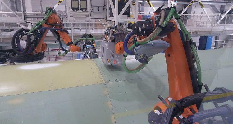 Les robots Kuka se chargent de l'assemblage des tronçons de fuselage, à raison de 3.000 rivets par section.