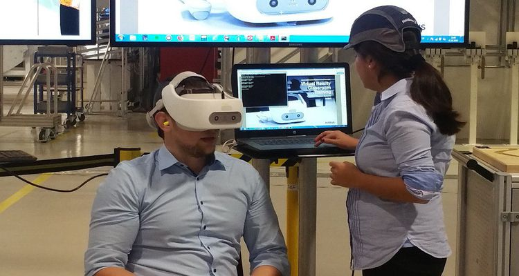 La robotisation de la production s'inscrit dans le cadre d'une révolution numérique qui passe même par la formation des salariés, via la réalité virtuelle et les lunettes 3D.