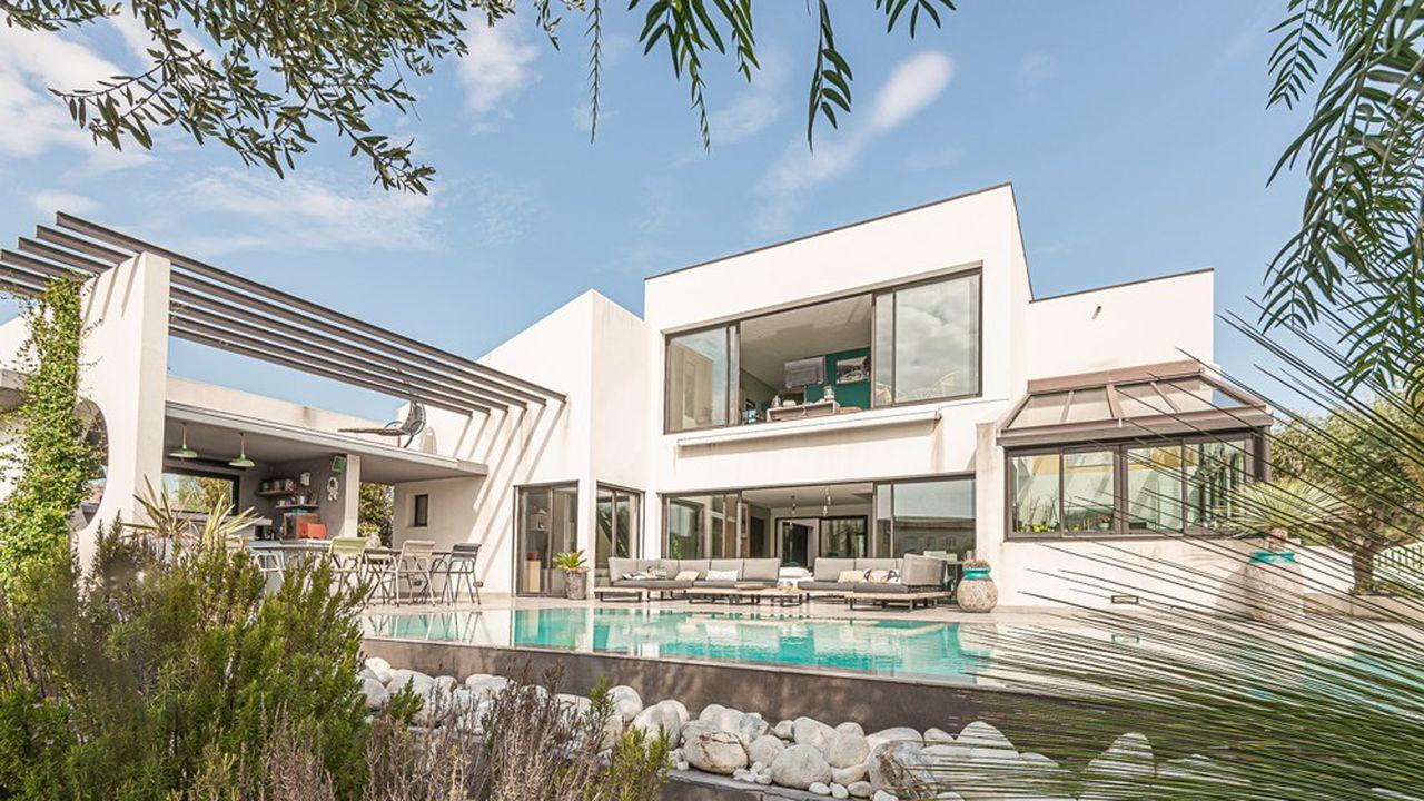 Cette maison d'architecte de 264 mètres carrés est dressée sur un terrain de 936 mètres carrés.