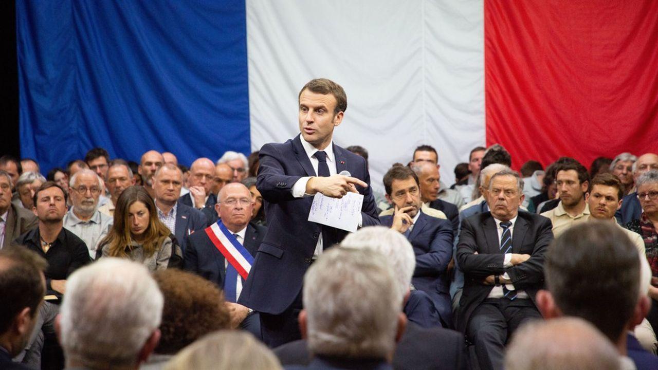 Emmanuel Macron, ici lors d'un débat à Gréoux-les-Bains sur la transition écologique, va tenir ce jeudi à Rodez un débat sur les retraites, reporté la semaine dernière en raison du décès de Jacques Chirac.