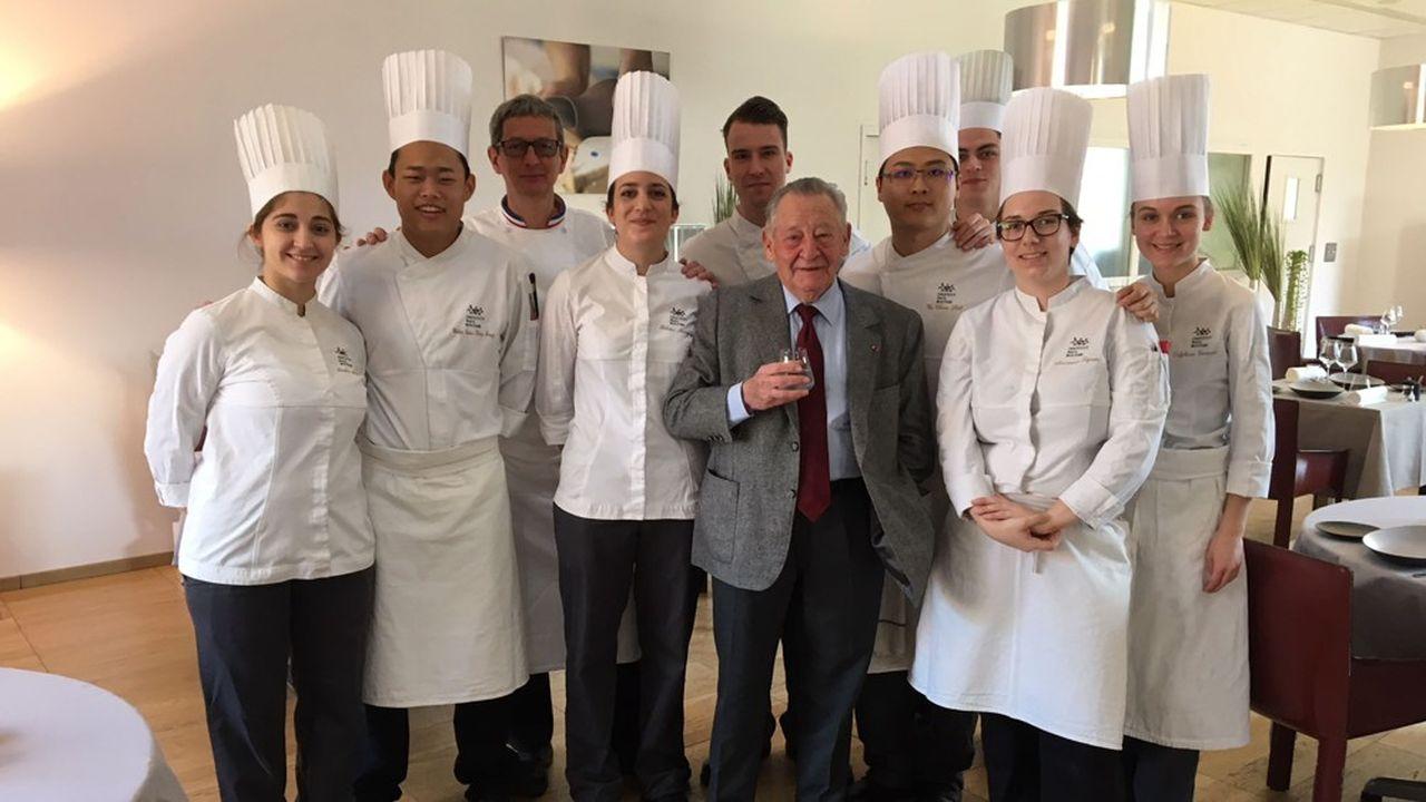 Gérard Pélisson avec des étudiants de l'Institut Paul Bocuse.