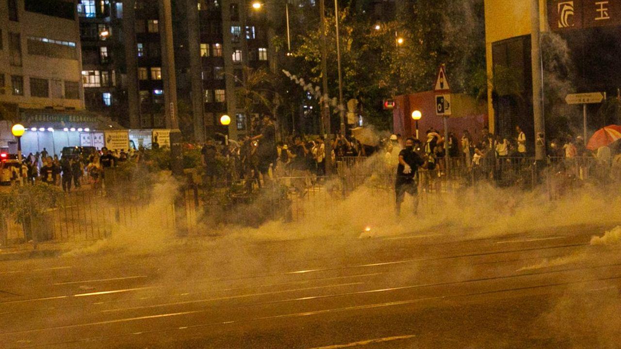 Les autorités ont déjà assoupli les règles sur l'usage de la force par la police juste avant les violents incidents qui ont marqué le 70e anniversaire de la République populaire de Chine mardi.