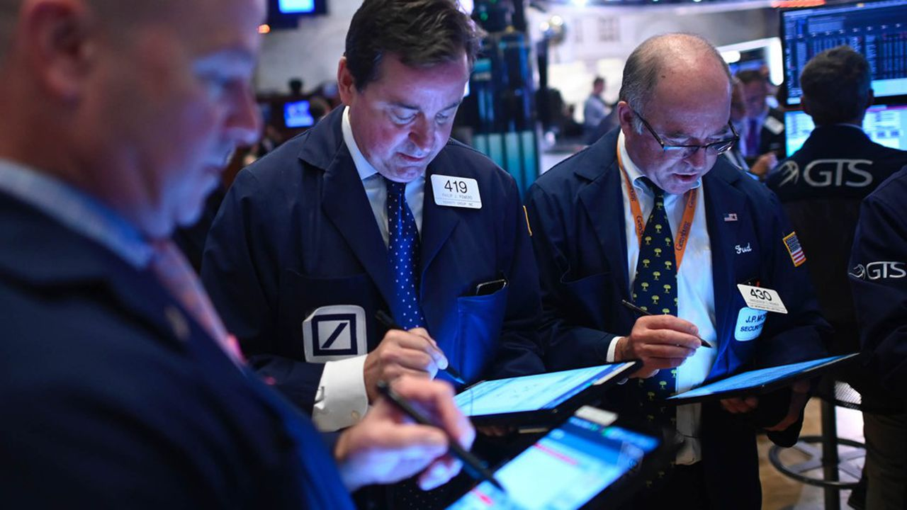 Traders work during the opening bell at the New York Stock Exchange (NYSE) on October 2, 2019 at Wall Street in New York City. - US stocks continued to fall at the markets' open on Wednesday, as disappointing employment data added to the gloom from a dismal manufacturing report on Tuesday.Tuesday's losses wiped out gains won in the third quarter by the benchmark Dow and S&P 500, and the downward slide continued. (Photo by Johannes EISELE / AFP)