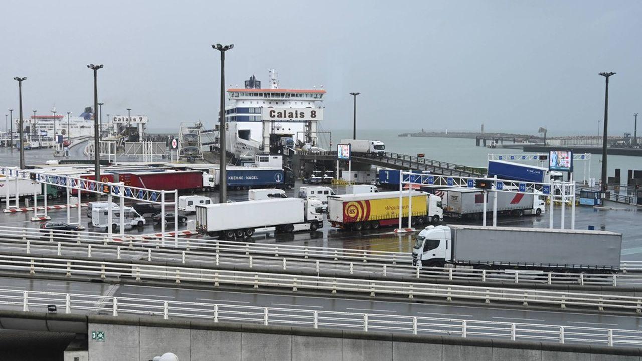 Chaque année, deux millions de poids lourds transitent par le port de Calais, plus 1,8million sur le terminal d'Eurotunnel, à quelques kilomètres de là. Le rétablissement d'une frontière risque de poser rapidement des problèmes de capacités.