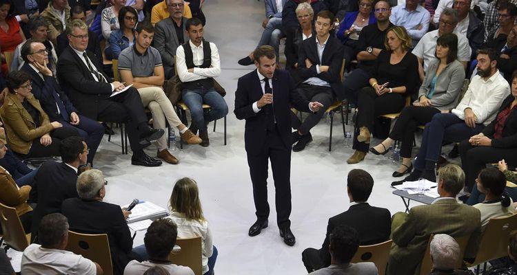 Emmanuel Macron lors du premier débat sur les retraites à Rodez.
