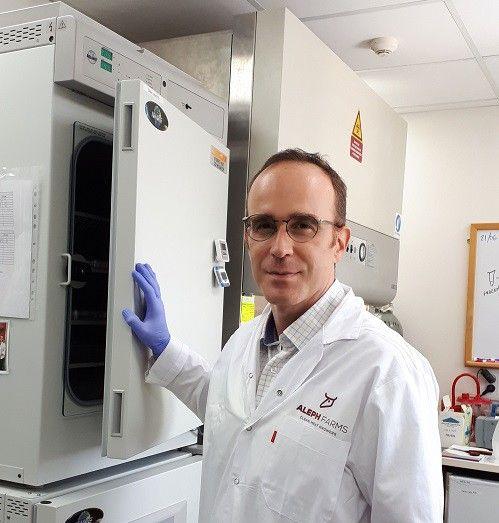 Didier Toubia, patron d'Aleph Farms, devant «Gertrude», un frigo où sont stockées les cellules de boeuf.