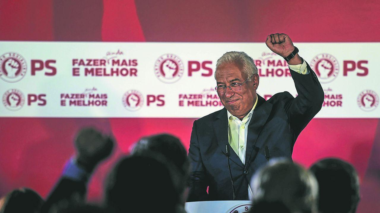Le socialiste Antonio Costa a gagné les élections mais il devra s'appuyer sur des alliances avec les petits partis sur sa gauche pour gouverner. (Photo by PATRICIA DE MELO MOREIRA/AFP)