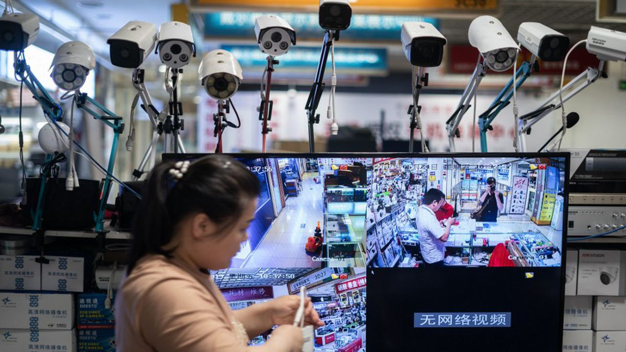 Des caméras d'Hikvision dans un centre commercial de Pékin. La société de surveillance fait partie des groupes incriminés par Washington