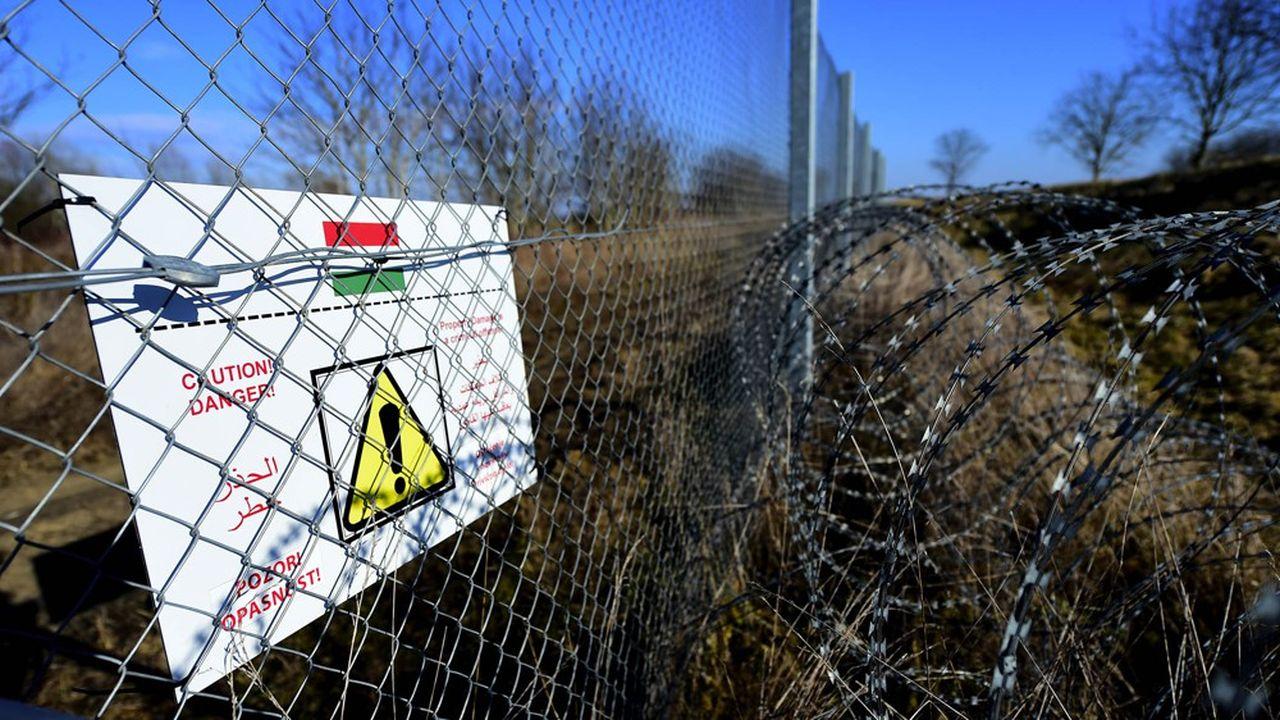 En juin2015, face à l'afflux de migrants et de réfugiés qui tentaient de rejoindre l'Europe par la route des Balkans, la Hongrie avait construit une barrière barbelée longue de 175km avec la Hongrie. En septembre, elleinstallait une seconde barrière de 348km avec la Croatie.