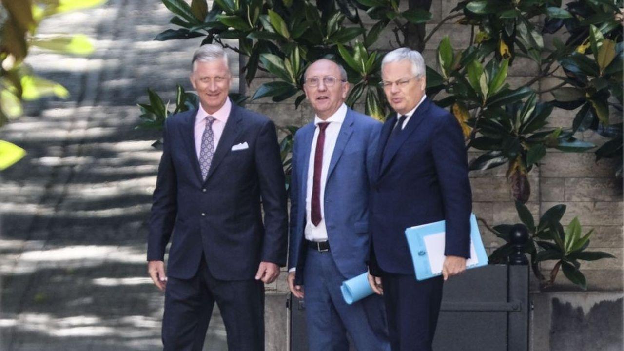 Fin juillet après les élections, Didier Reynders (à droite) etJohan Vande Lanotte (au centre) avaient remis au roi Philippe un premier rapport sur la formation d'un nouveau gouvernement.