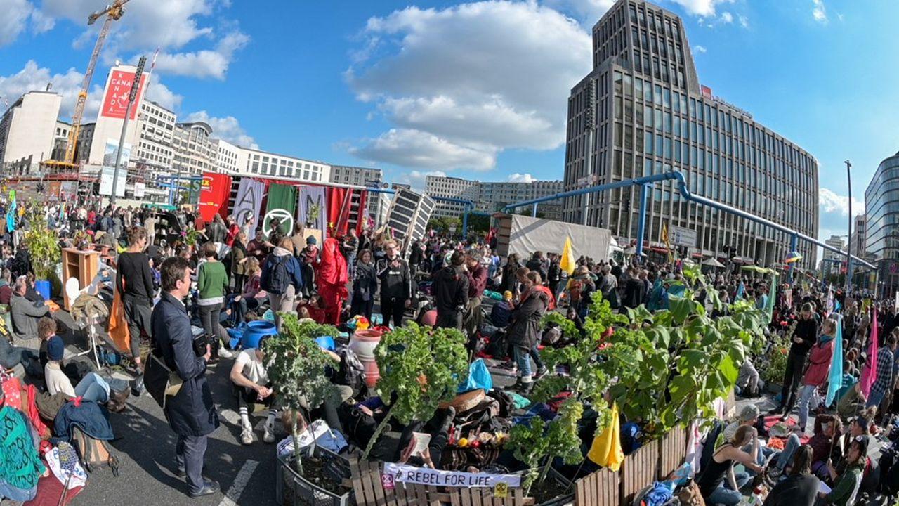 Depuis la place de la Victoire, le cortège d'un millier de manifestants du mouvement Extinction Rebellion s'est ensuite déplacé vers la Potsdamer Platz, un autre carrefour névralgique, avec canapé, plantes et bannières colorées.