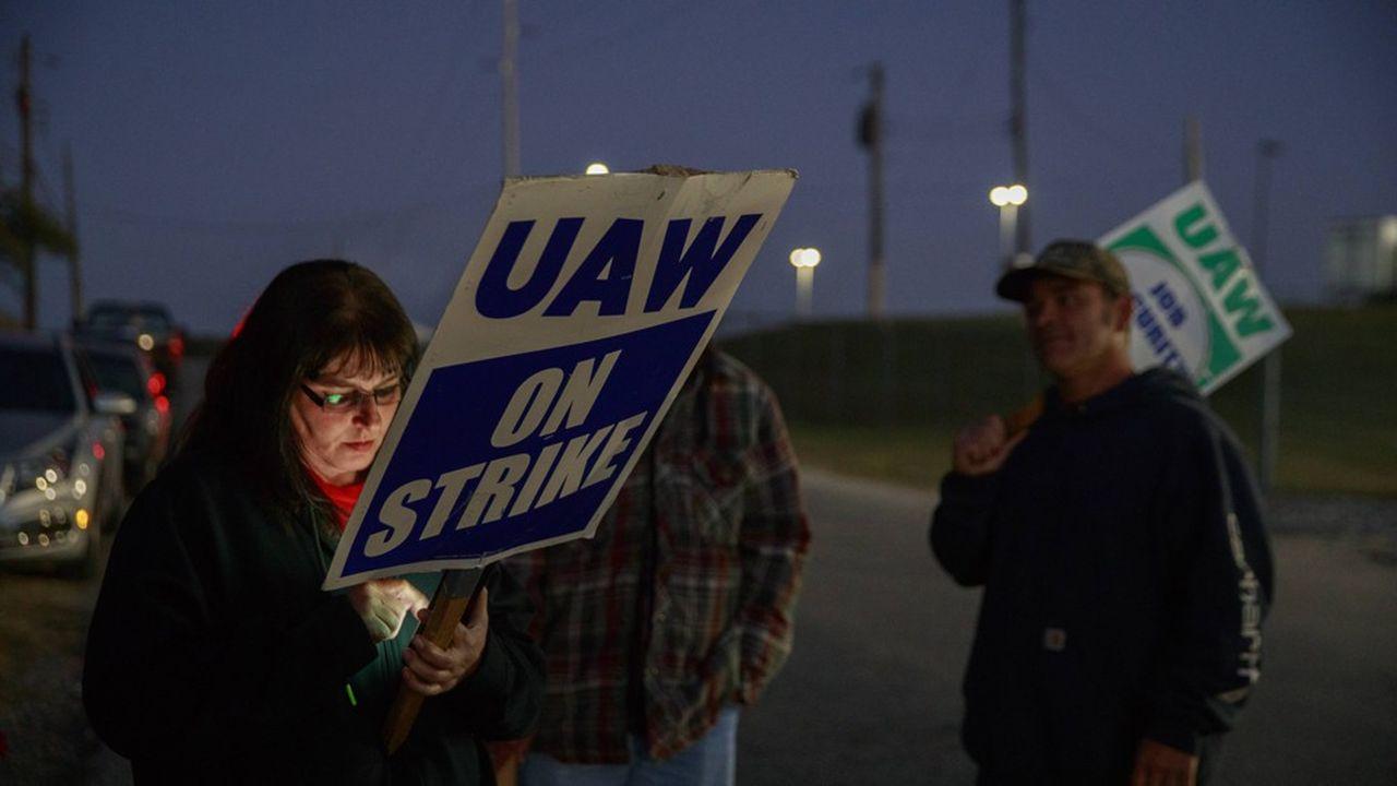Les grévistes de GM réclament des hausses des salaires, la réouverture de sites mis à l'arrêt et l'amélioration de la situation des salariés embauchés après le sauvetage du groupe il y a dix ans.