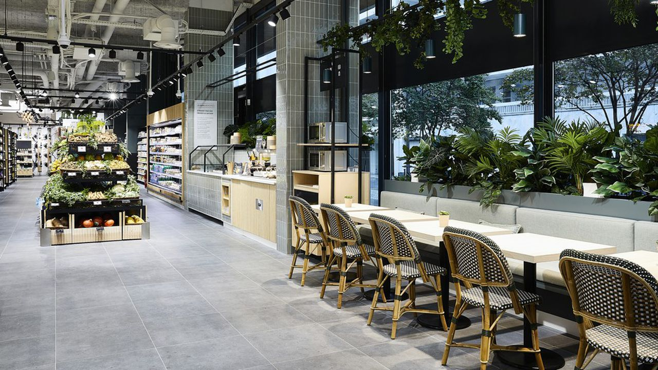 Installé dans une ancienne agence bancaire, le nouveau Monop de la rue Saint-Dominique (VIIe arrondissement) est largement ouvert sur la rue.
