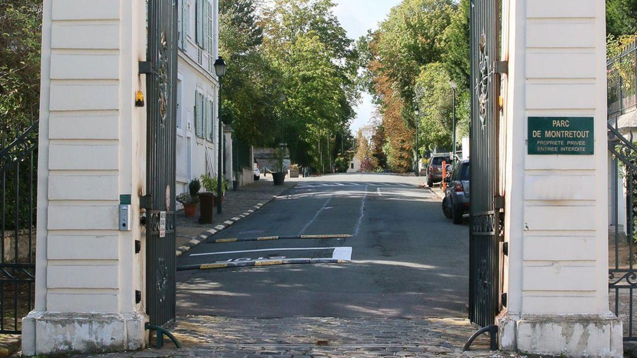 Le Parc de Montretout à Saint-Cloudest une résidence privée de 8,5 hectares abritant une cinquantaine de propriétés bénéficiant d'une entrée particulière sur le Parc de Saint-Cloud.