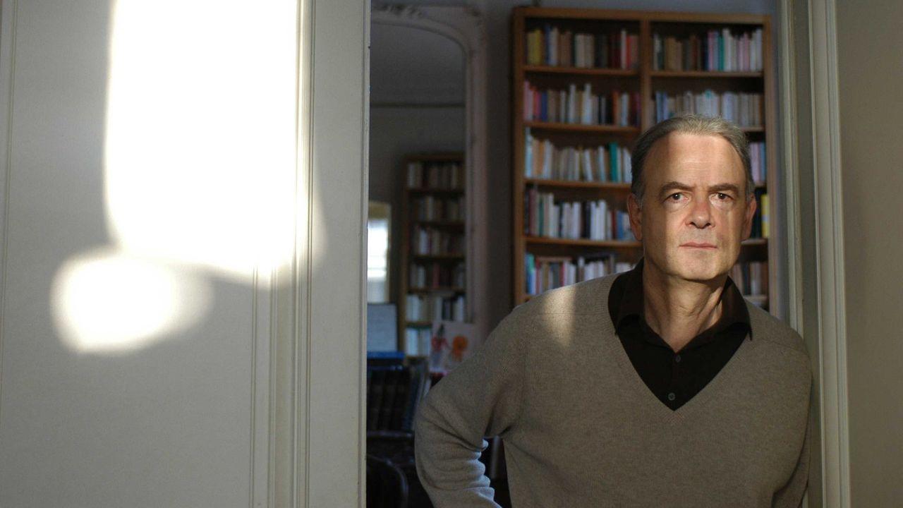 Patrick Modiano chez lui en 2007.