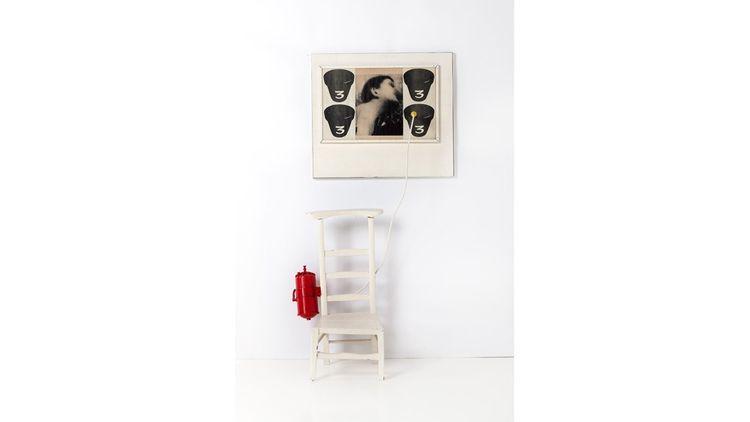 Jean-Pierre Raynaud (né en 1939) Psycho-objet agression C, 1965 Assemblage (panolac, bois, métal, photographie sous plastique, fil électrique, plastic, peinture) Signé et daté au dos 170 x 83 x 54 cm.