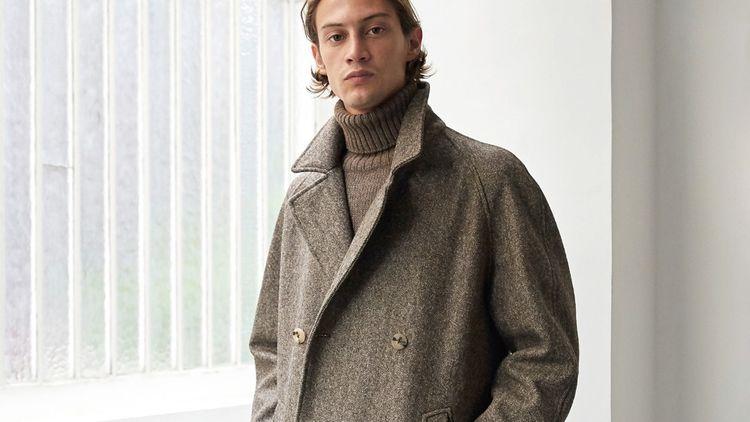 De Bonne Facture, qui a fait de la production dans des ateliers hexagonaux un cheval de bataille, intègre dans sa collection un manteau à la laine issue de deux types de moutons des Pyrénées.