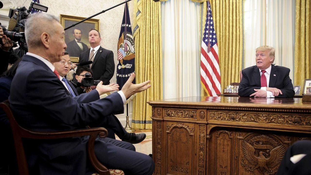Donald Trump échange dans son bureau avec le vice président chinois Liu He, le 31janvier 2019.