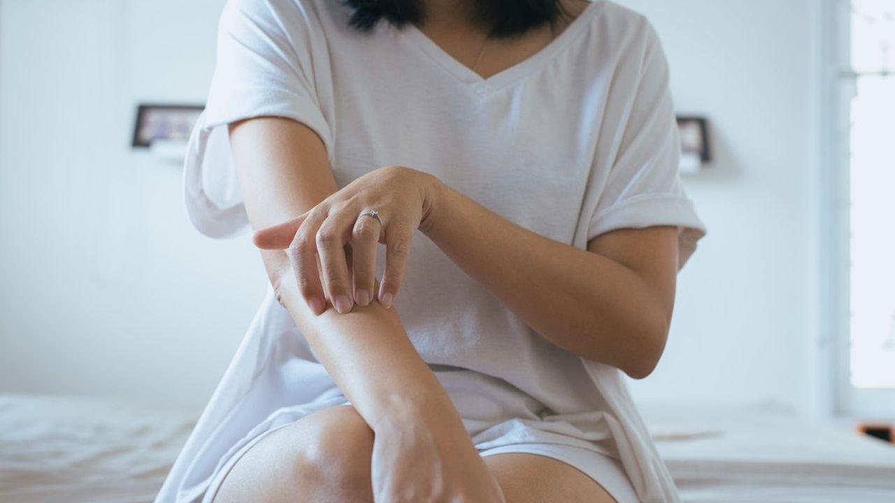 La dernière génération de produits, ciblant un mécanisme inflammatoire (IL23) qui joue un rôle déterminant dans le psoriasis, permet d'effacer totalement les symptômes de la maladie.