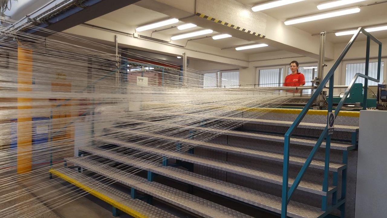 Les deux usines d'Adfors en Bohême fournissent l'ensemble de l'Europe et une partie de l'Asie en fibres de verre assez fines pour tisser des armatures de renfort plus résistantes que l'acier tout en restant souples. Chaque fibre comprend 800 filaments de verre de neuf microns.
