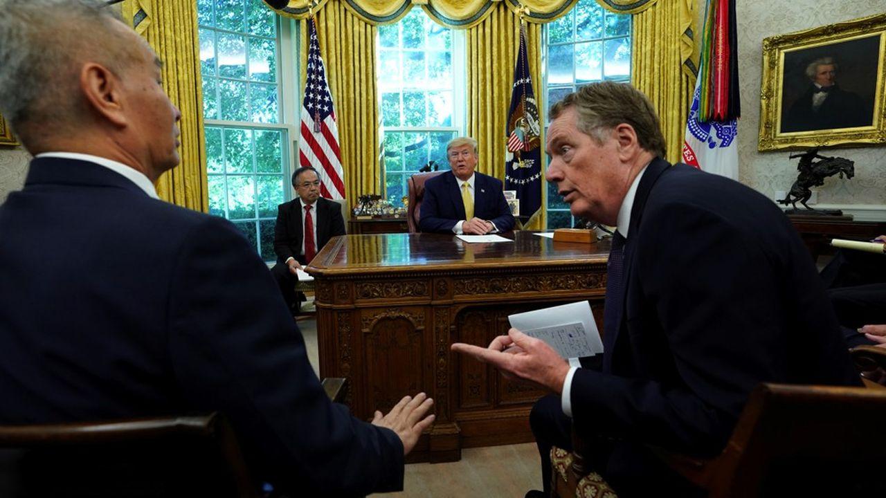 Le vice-premier ministre Liu He, Robert Lighthizer et le président américain Donald Trump à la Maison-Blanche, lors de leur rencontre le 11 octobre.