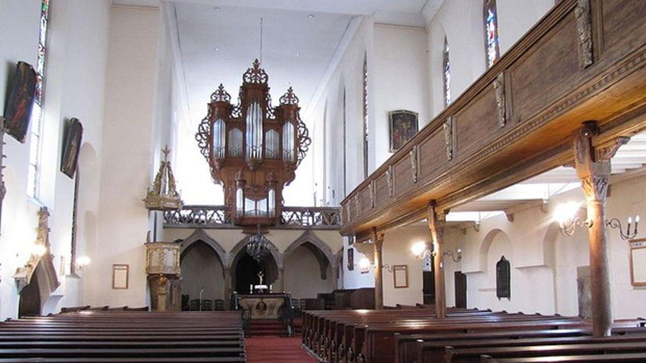 La nef de l'église Saint-Guillaume et son plafond plat.