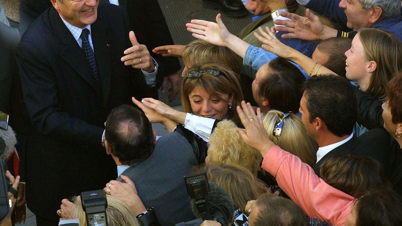 Le président Jacques Chirac prenant un bain de foule, le 25 octobre 2001, à Nîmes.