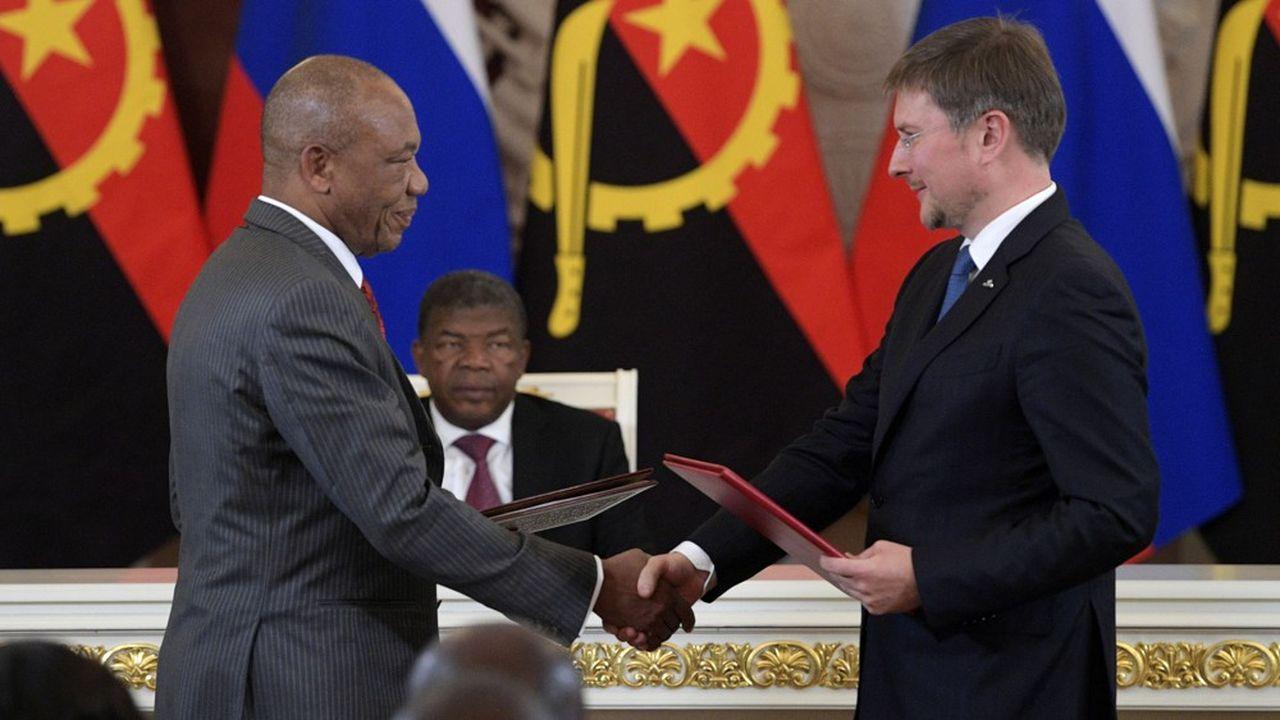 Le président d'Angola, João Lourenço, le patron d'Endiama, José Manuel Augusto Ganga Júnior (à gauche) et le patron d'Alrosa, Sergueï Ivanov.