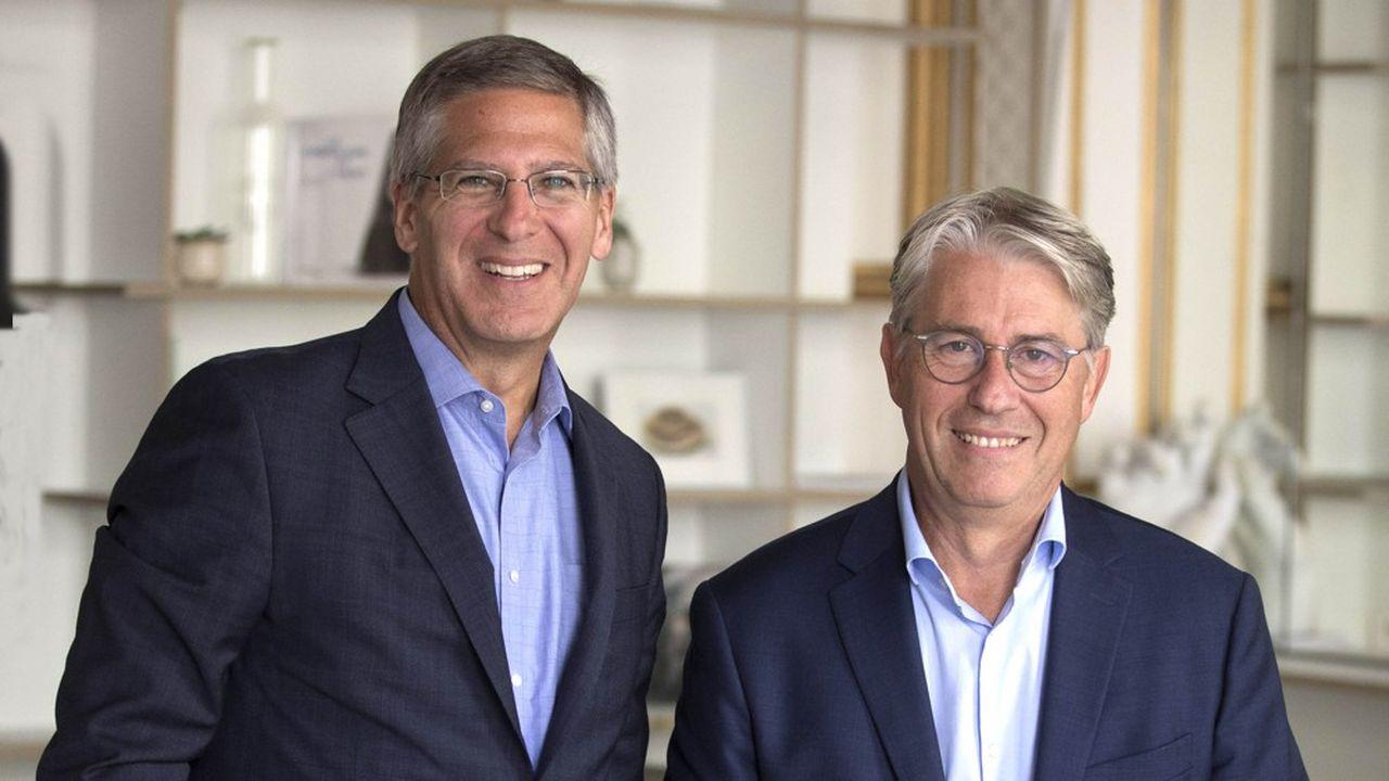 Bob Moritz (à gauche) et Bernard Gainnier, respectivement Président du réseau international de PwC et Président de PwC pour la France et l'Afrique francophone, à l'Experience Center du cabinet pluridisciplinaire, inauguré à Paris l'été dernier.