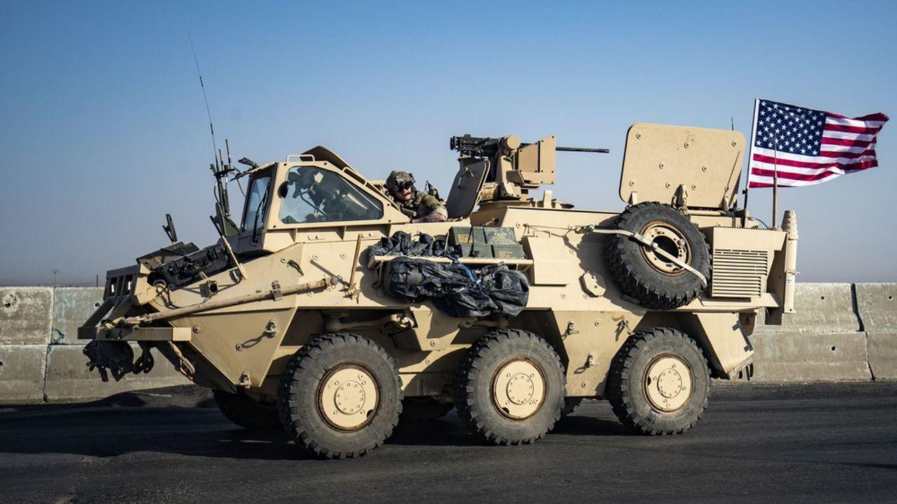 Le 12octobre, un véhicule militaire américain effectue une patrouille près de la ville de Tal Baydar dans la province syrienne de Hassakeh, au quatrième jour de l'offensive de la Turquie dans le nord-est de la Syrie, contre les Forces démocratiques syriennes (FDS) composées essentiellement par les Kurdes.