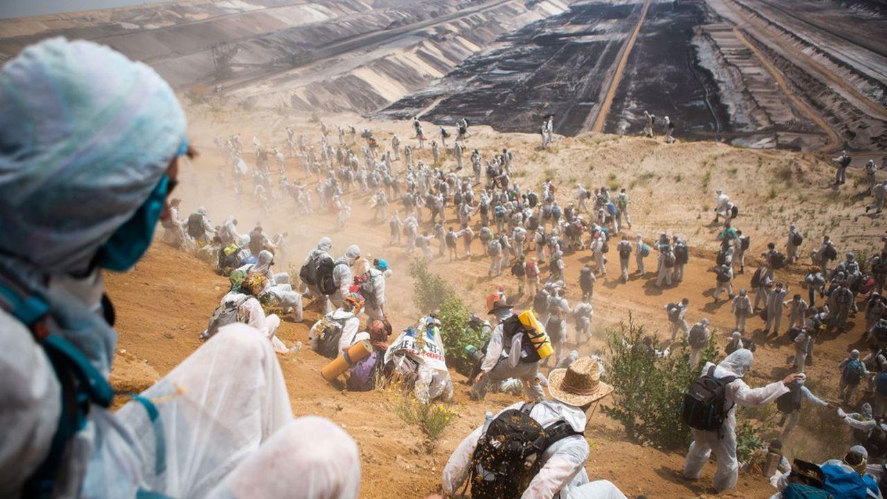 Des manifestants tentent de bloquer l'exploitation d'une mine de lignite à ciel ouvert, à Garzweilere en Allemagne.