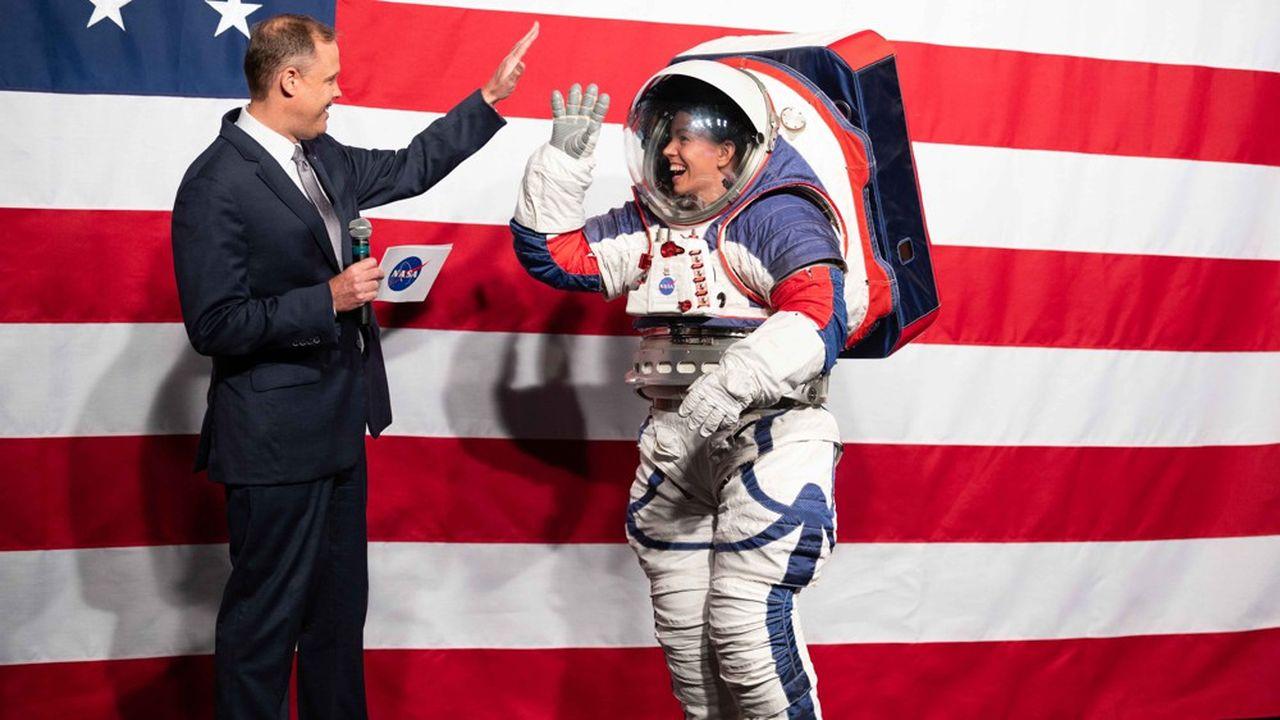L'administrateur de la Nasa, Jim Bridenstine, salue l'astronaute Kristine Davis qui a revêtu la combinaison «xEMU» prévue pour la prochaine sortie sur la Lune.