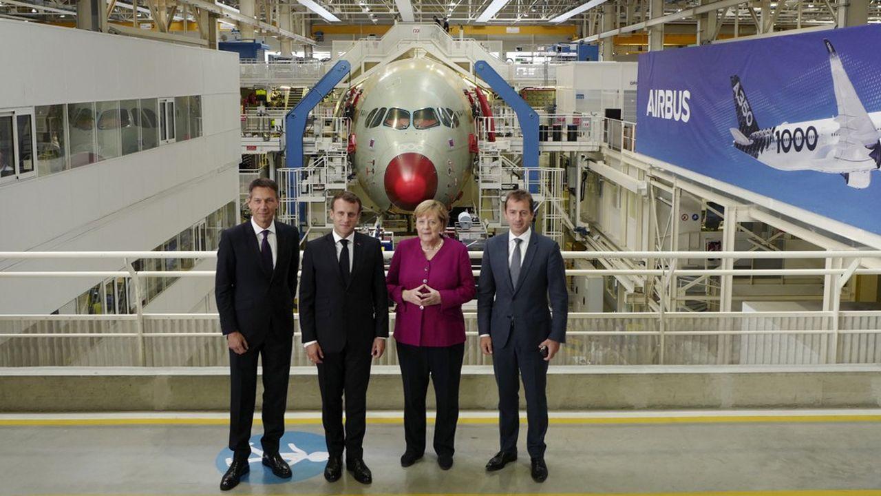 Avant le conseil des ministres franco-allemand, Angela Merkel et Emmanuel Macron ont visité la chaîne de montage de l'Airbus A350, symbole de la coopération entre les deux pays.