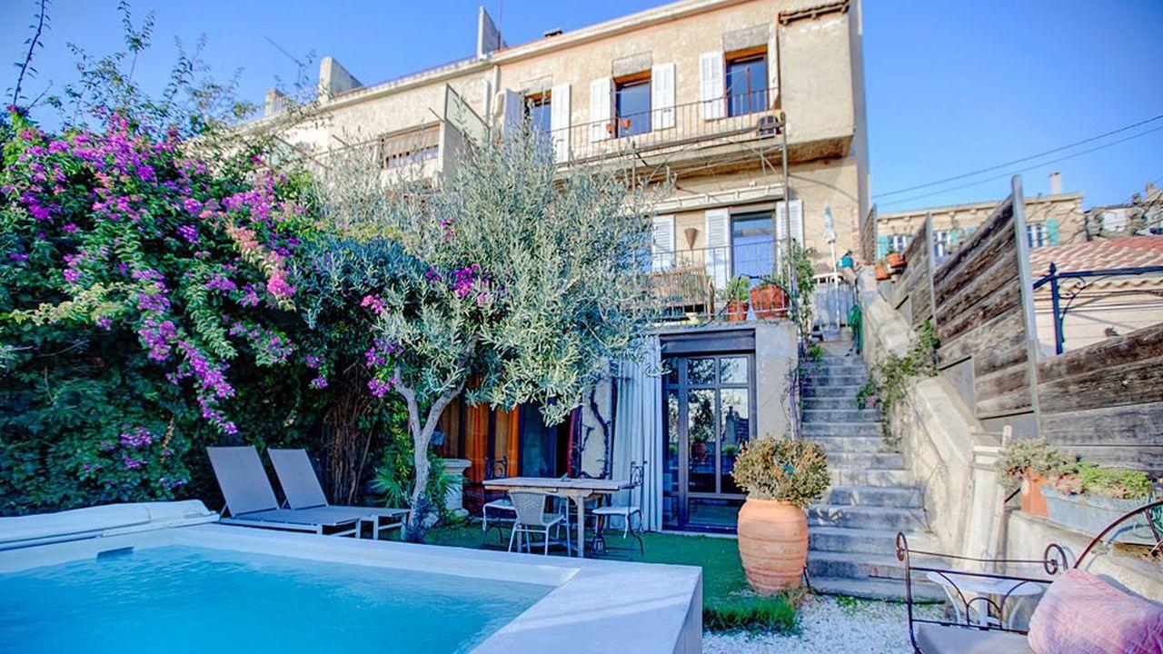 Exposée sud, cette maison de ville de 200 m² avec terrasses, piscine et vue sur mer est proposée à 850.000 euros.