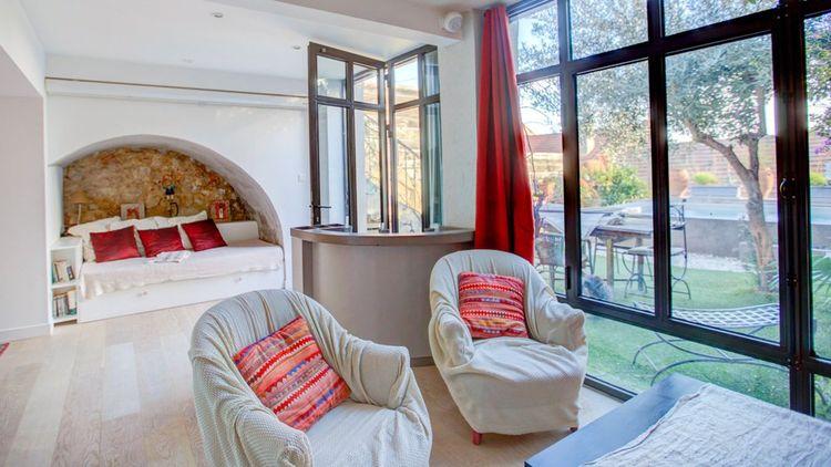 Le salon ouvre sur le jardin terrasse de 55 m²