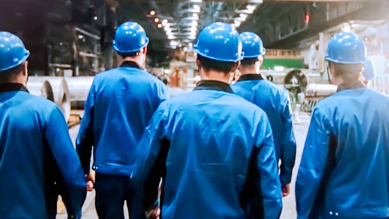Pour la troisième année consécutive, le secteur de l'industrie affiche la plus forte hausse de salaires, devant le BTP et les services.