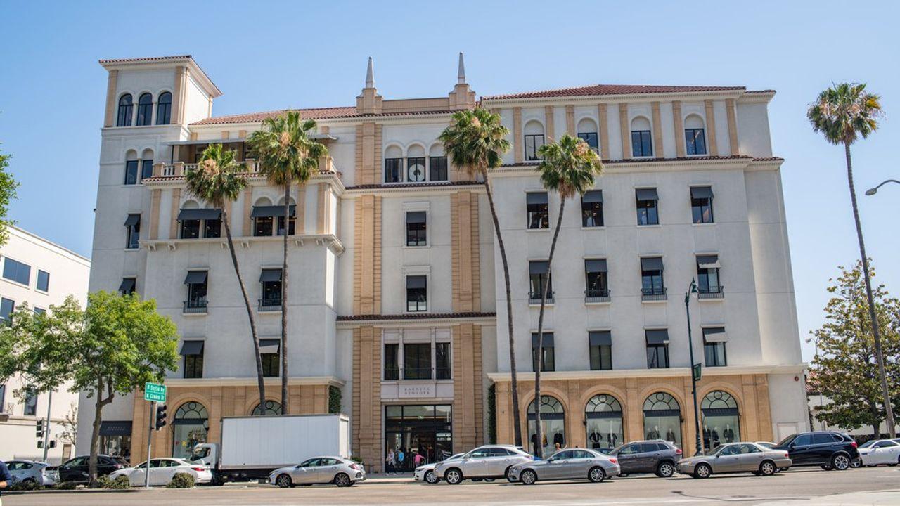 Le repreneur potentiel de la chaîne de grands magasins Barneys prévoit de fermer tous ses établissements, dont l'emblématique point de vente de Berverly Hills, pour placer des corners à l'enseigne dans les grands magasins Saks Fifth Avenue.